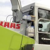 Pumpeneinheit und Behälter sind aussen am Häcksler, die Steuereinheit im Fahrerhaus
