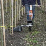 MANKAR-ONE-S 40 Flex en un vivero. El herbicida se pulveriza también en la hilera entre los árboles. La pantalla pulverizadora se pliega automáticamente al entrar en contacto con las ramitas sin dañar el tronco.